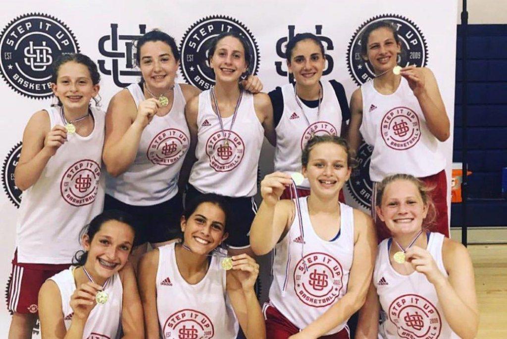 שחקניות כדורסל עם מדליות